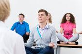Ung man, mediterar med slutna ögon — Stockfoto
