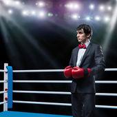 Kaufmann mit Boxhandschuhen im ring — Stockfoto