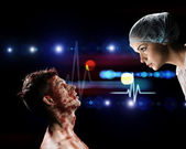 Wounded man and the doctor — Stock Photo