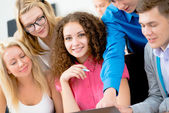Students together to discuss lecture — Foto Stock