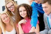 Birlikte görüşmek üzere öğrenciler ders — Stok fotoğraf