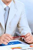 Affärsman hålla en penna i handen — Stockfoto