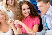Eleverna att diskutera föreläsa — Stockfoto
