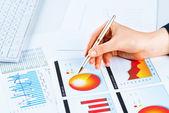 Kvinnlig hand pekar på det ekonomiska tillväxt diagrammet — Stockfoto