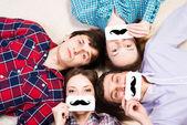 Четверо молодых людей лежат вместе — Стоковое фото