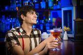 Junger Mann an der bar — Stockfoto