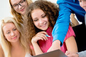 Students looking at laptop monitor — Foto Stock