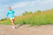 Mladá žena běží — Stock fotografie