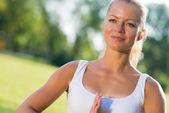 žena dělá jógu v parku — Stock fotografie