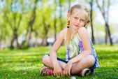 Ritratto di una ragazza in un parco — Foto Stock