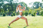 Kadın parkta yoga yaparken — Stok fotoğraf