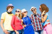 Группа молодых людей носить солнцезащитные очки и шляпы — Стоковое фото