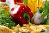 Italské špagety a zelenina — Stock fotografie