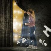 молодая женщина, изменения реальности — Стоковое фото