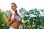Mujer atractiva con una toalla blanca — Foto de Stock