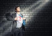бизнесмен разрывает рубашку — Стоковое фото