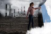 Ung kvinna skjuter gardinen tittar på moln — Stockfoto