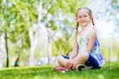 Portrait of a smiling girl in a park — Stock Photo