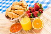 早期的早餐、 果汁、 羊角面包和果酱 — 图库照片