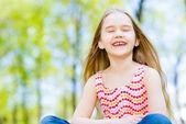 Porträtt av en flicka i en park — Stockfoto