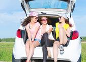 Giovani donne attraenti in auto — Foto Stock
