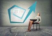 椅子に座っている女性実業家 — ストック写真