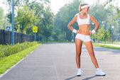 Mujer deporte en parque soleado — Foto de Stock