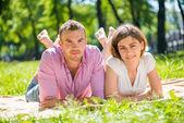 浪漫的情侣躺在公园 — 图库照片