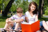 Birlikte kitap okuma — Stok fotoğraf