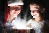 Father and daughter opened giftbox — Stockfoto