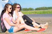 Duas mulheres jovens atraentes usando óculos de sol — Foto Stock