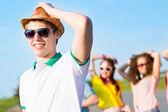 Jovem em óculos de sol — Foto Stock