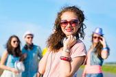 Jovem mulher com fones de ouvido — Foto Stock