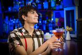 年轻男子在酒吧 — 图库照片