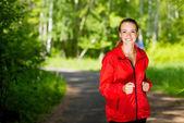 Joven atleta femenina corriendo — Foto de Stock