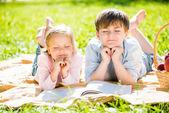 Niños en el picnic — Foto de Stock