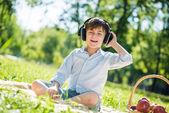 Junge genießen musik — Stockfoto