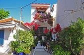 Casa típica griega, fachada blanca y azules ventanas y puertas — Foto de Stock