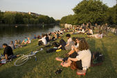 Crowded banks of river in Berlin, Germany — Foto Stock
