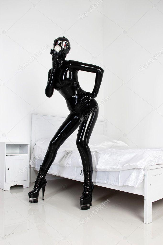 Девушка комбинезон черный латекс фетиш с противогаз - Стоковая фотография #