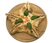 Pizza i form av en stjärna på träplatta isolerad på vit — Stockfoto