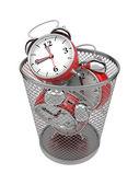 Marnować czas koncepcji: zegary w kosza. — Zdjęcie stockowe