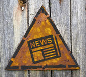 Nyheter koncept på rostiga varningstecken. — Stockfoto
