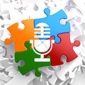Mikrofonsymbol auf multicolor-rätsel. — Stockfoto