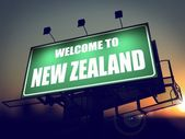 Billboard Willkommen in Neuseeland bei Sonnenaufgang. — Stockfoto