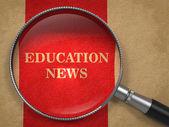 Utbildning nyheter - förstoringsglas. — Stockfoto