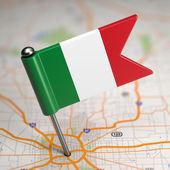 Pequeña bandera de italia sobre un fondo de mapa. — Foto de Stock