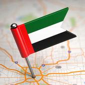 Emiratos árabes unidos pequeña bandera sobre un fondo de mapa. — Foto de Stock