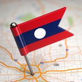 Malá vlajka Laosu na mapovém podkladu. — Stock fotografie