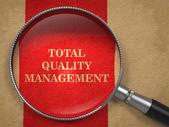 Totální kvality řízení - zvětšovací sklo. — Stock fotografie